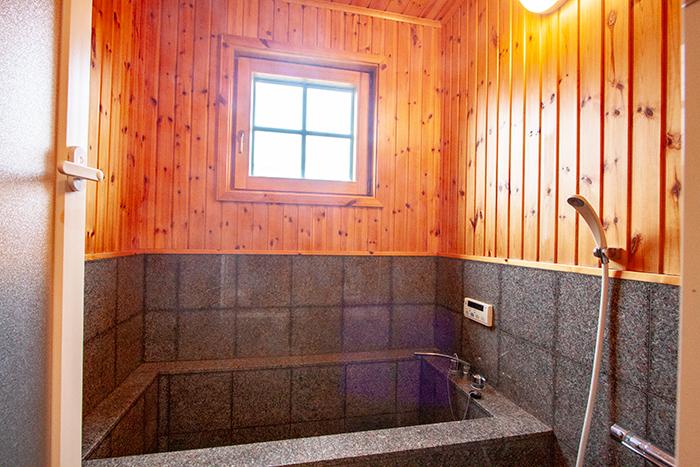 温泉が出る石張りのお風呂