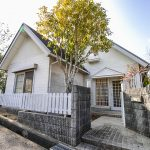 兵庫県加東市畑 三角屋根が二つ並んだ白い中古別荘
