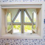 2階と吹抜をつなぐ室内窓