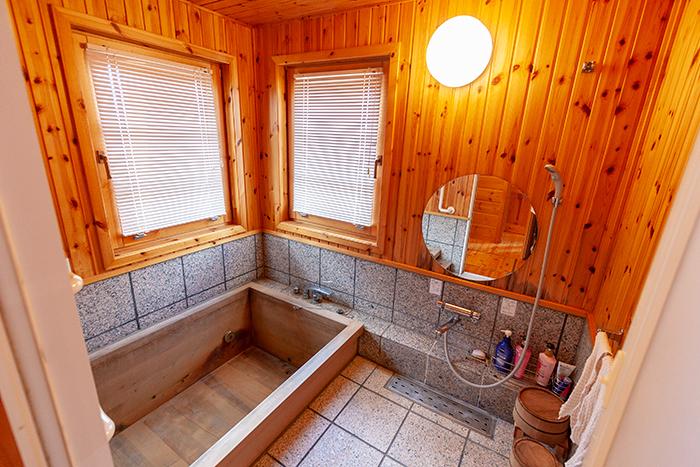 温泉にぴったりの桧風呂
