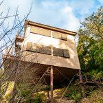 登り傾斜に建つ家