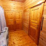玄関。手前がリビングの扉で奥は収納スペース