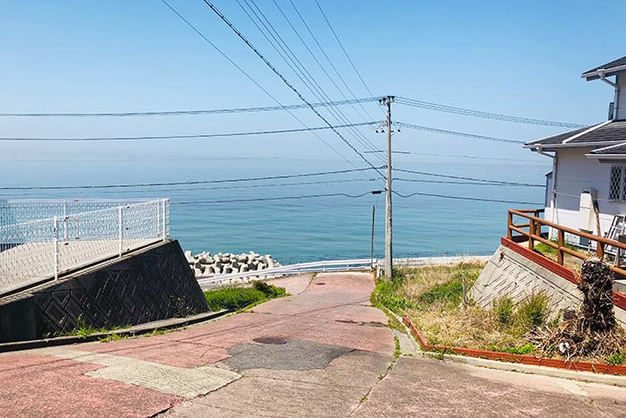 進入路。海まで徒歩1分。下りたところにバス停もあります。