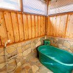 石張りと信楽焼の浴槽で温泉が楽しめます